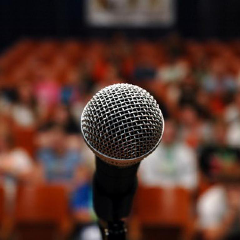 1 micro devant un public